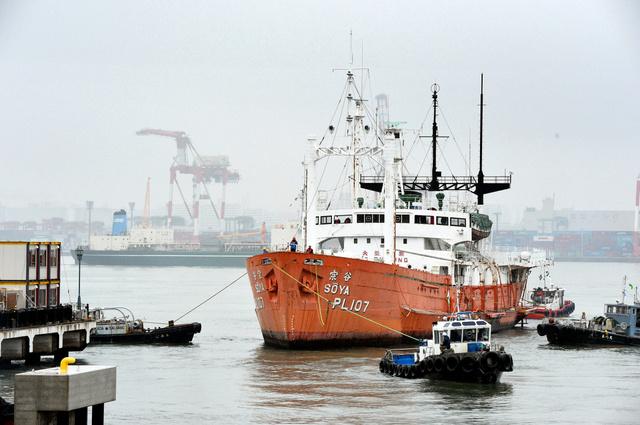 タグボートで移動する「宗谷」=23日午前7時26分、東京都品川区、諫山卓弥撮影
