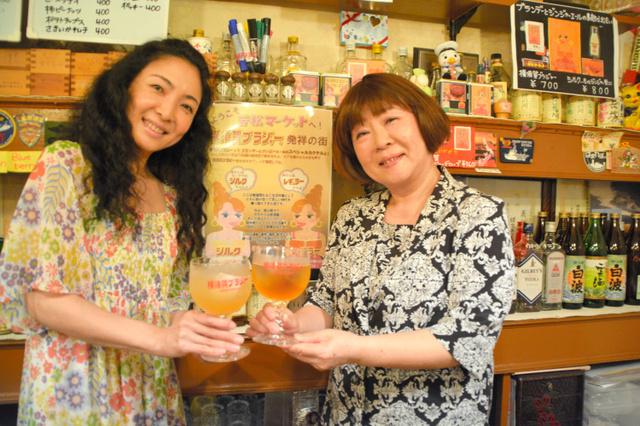 「サタン」の緒方広子さん(右)と娘の恵美さん。横須賀ブラジャーは専用のグラスで飲む=神奈川県横須賀市若松町3丁目