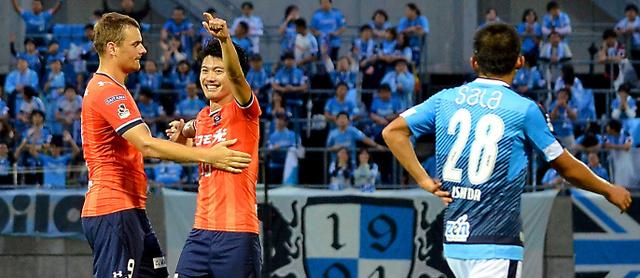 22日の天皇杯3回戦は大宮が5―0で磐田に大勝。得点して 喜ぶ大宮の大山(中央)、右は磐田の石田