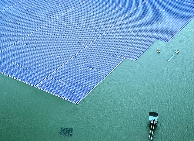 山倉貯水池で建設が進む水上太陽光発電の設備=鬼室黎撮影
