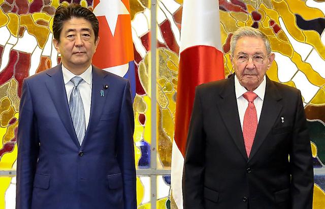 日本の無償資金協力署名式でラウル・カストロ国家評議会議長(右)と並ぶ安倍晋三首相=22日午後7時14分、ハバナの国家評議会、飯塚晋一撮影