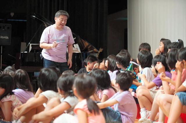 子どもたちに合唱の指導をする池田さん=最上町、NPO法人やまなみ提供