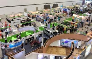 視察予定の昨年の介護商品の展示会。世界200社が出展し、会期中は42カ国2万5千人が訪れた=大阪商工会議所提供