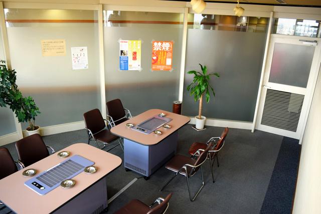 堺市役所の喫煙室=堺市堺区