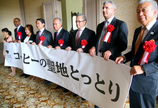 宣言後、記念撮影する参加者=鳥取市東町2丁目
