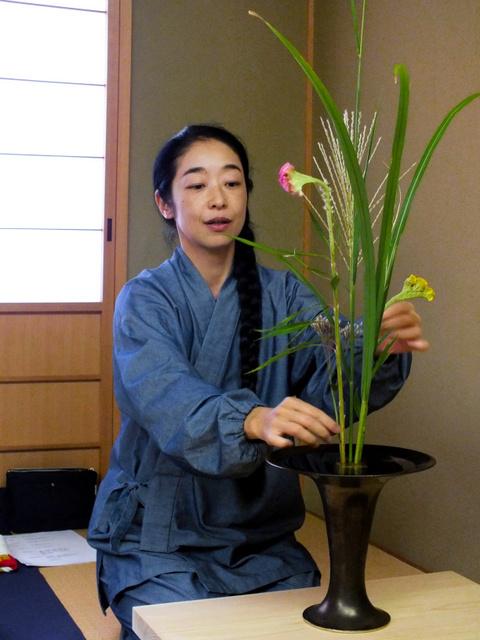 花を生ける珠寶さん=上京区
