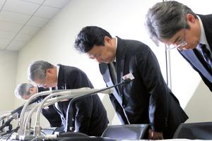 会見で謝罪する電通の中本祥一副社長(左から2人目)ら=23日午後、東京都中央区の東京証券取引所