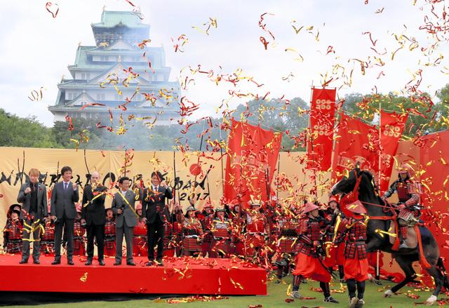 大阪城を背景に騎馬武者も登場、戦国ショーをアピールした=23日午後、大阪市中央区、内田光撮影
