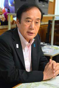 インタビューに答える上田知事