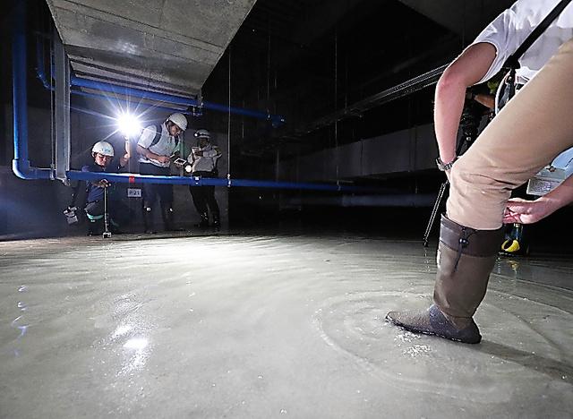 公開された豊洲市場水産仲卸売場棟の地下施設。報道関係者の足元で水の波紋が広がった=16日午後4時19分、東京都江東区、時津剛撮影