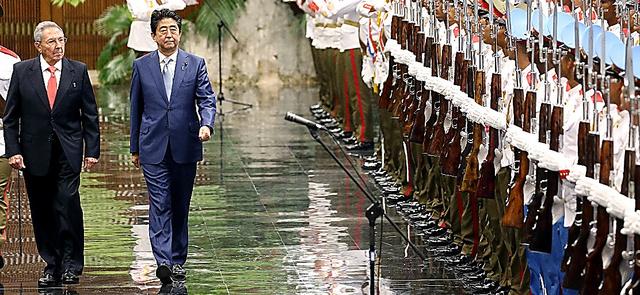 歓迎式典でラウル・カストロ国家評議会議長(左端)と並んで儀仗(ぎじょう)隊の前を歩く安倍晋三首相=22日午後、ハバナの国家評議会、飯塚晋一撮影
