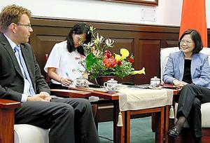 欧州議会の訪問団と会見した際、ICAO総会への参加が認められない決定を「極めて不公平な待遇だ」と語った台湾の蔡英文総統(右)=23日、台北、総統府提供