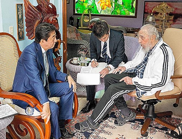 フィデル・カストロ前国家評議会議長(右)と会談する安倍晋三首相=22日、ハバナ市内、Estudios Revolucion提供