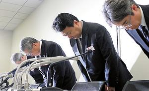 謝罪する電通の中本祥一副社長(左から2人目)ら=23日午後、東京都中央区の東京証券取引所