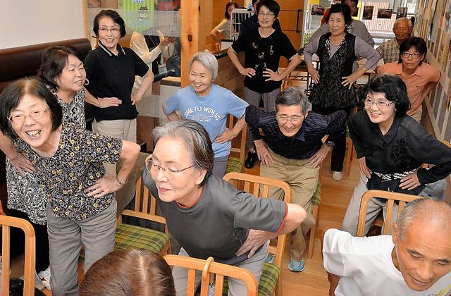 避難所閉鎖に伴い、場所を変えて開かれた「カフェ型健康サロン」には多くの人が訪れた=23日午後2時49分、熊本市中央区水前寺公園、福岡亜純撮影