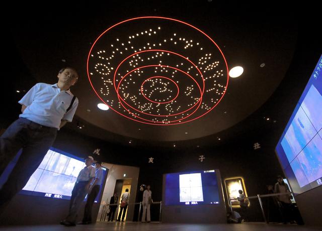オープンしたキトラ古墳壁画体験館四神の館を見学する人たち=24日午後、奈良県明日香村、高橋雄大撮影
