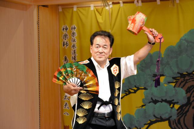 能舞台で神楽の衣装をまとう鳥越孝太郎さん=井原市七日市町