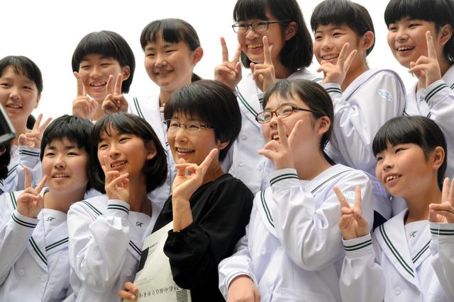 出演後に記念撮影する大谷礼子先生(前列中央)といわき市立草野中の生徒たち=山形市