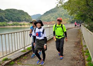 河内貯水池そばの遊歩道を歩く40キロコースの参加者たち=北九州市八幡東区