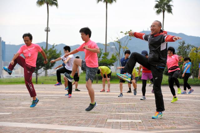 練習会でトレーニングに励む参加者たち=神戸市中央区港島1丁目