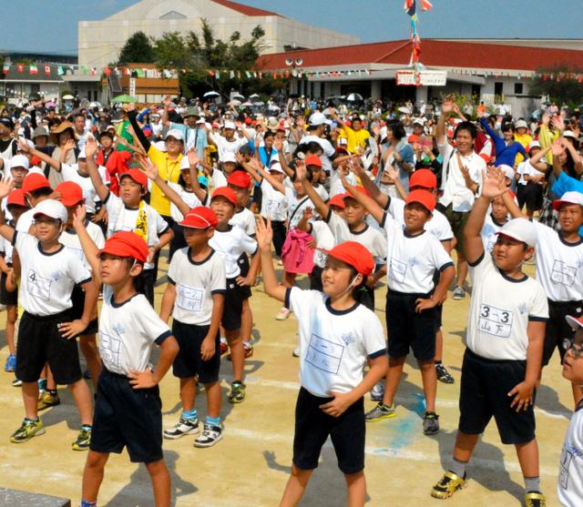 広安西小学校の運動会では子どもたちと保護者、元避難者らが一緒に体操をした=益城町福富