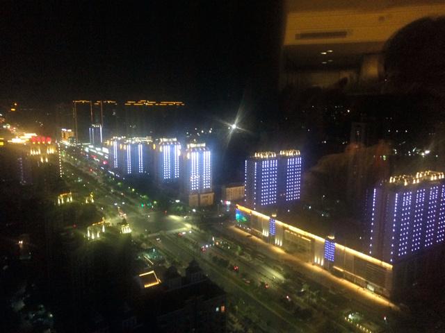 G20開幕を控えた杭州の夜景。報道陣向けにあかりをともしたビルの奥には、人影の絶えたマンション群が広がる=9月2日、杭州市内