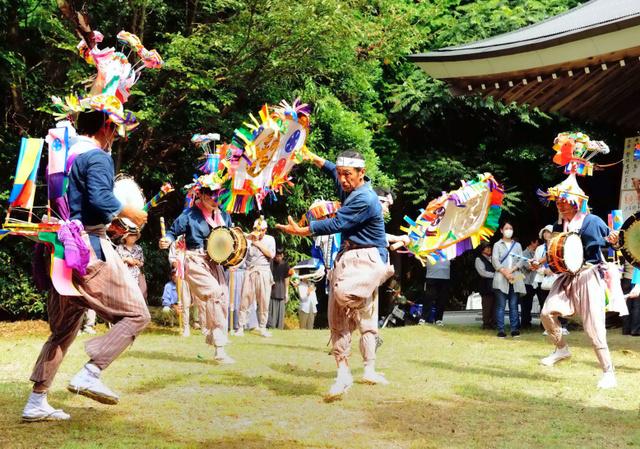 菅公踊りを披露する参加者たち=下関市豊浦町、中野英治さん撮影