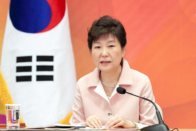 24日、ソウルの大統領府(青瓦台)で開かれた政策点検会議で発言する朴槿恵大統領=韓国大統領府提供