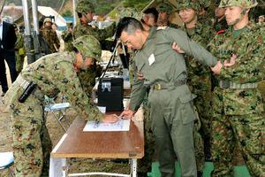 2004年、有事の際に確保した捕虜の取り扱いが法制化された。自衛隊が確保した敵国の捕虜を収容する訓練の様子。中央が捕虜役=10年版防衛白書から