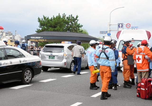 歩行者をはね、横断歩道を数メートル行きすぎて停車したとみられるタクシー(中央)=24日午後2時20分、京都市東山区、松本江里加撮影