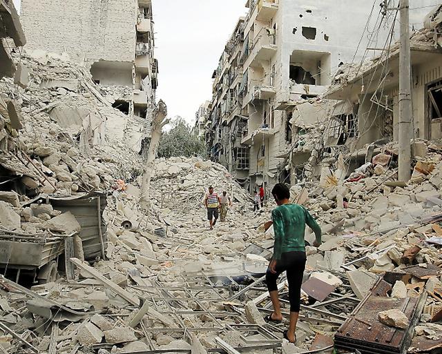 シリア北部アレッポ近郊で23日、空爆された現場を捜索する人々=ロイター