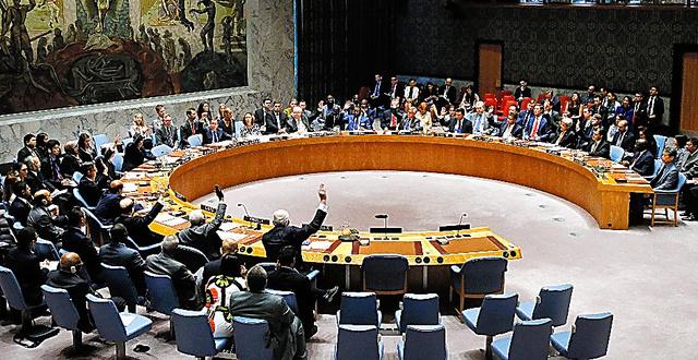米ニューヨークの国連本部で23日、包括的核実験禁止条約(CTBT)の早期発効を求める決議に賛成の挙手をする国連安全保障理事会のメンバー国=AP