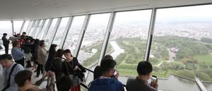 五稜郭タワーの展望台にはたくさんの観光客が訪れていた=22日、北海道函館市、山本裕之撮影