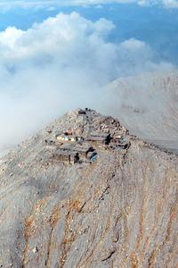 噴火から27日で2年を迎える御嶽山の山頂。神社や山荘があった周囲は火山灰の下から山肌が見え始めていた=25日午前9時47分、朝日新聞社ヘリから、迫和義撮影