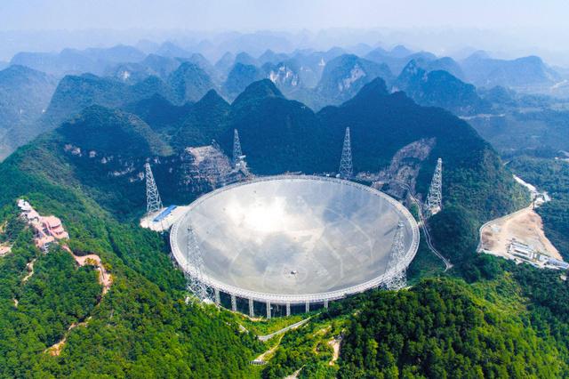 中国南部・貴州省で稼働を始めた世界最大の天体望遠鏡。中国国営新華社通信が24日に空撮写真を配信した=AP