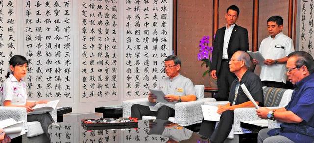 稲田朋美防衛相(左)と会談する翁長雄志知事(左から2人目)ら=24日午後、県庁