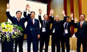 愛知・名古屋開催が決まって喜ぶ(左から)大村秀章愛知県知事、河村たかし名古屋市長ら=ベトナム・ダナン、浦島千佳撮影