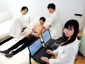 心電図を測る寺田研究室の学生たち。機器の小型化や精度向上のために実験を重ねる=埼玉県川越市の東洋大理工学部