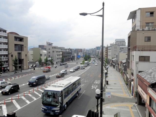 疎開跡地を道路にした五条通。戦前は歩道(右)の部分だけが道路だった=京都市東山区