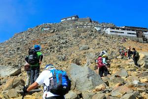 御嶽山の噴火直前、登山中の仲間を撮影した。この後、美ケ原が見える場所で休憩する予定だった=2014年9月27日午前11時51分、鈴木康夫さん撮影