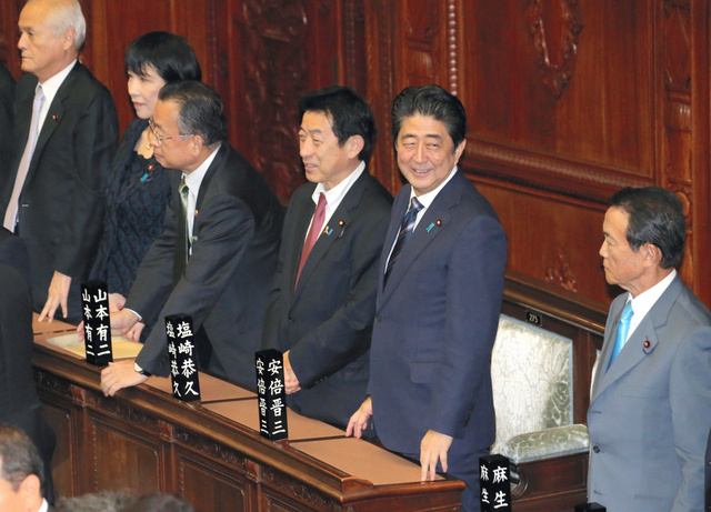 衆院本会議に臨む安倍晋三首相(右から2人目)=26日午後0時1分、飯塚晋一撮影