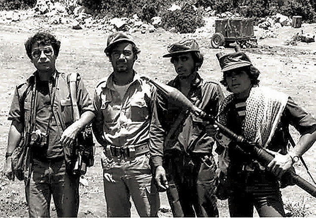 1983年、レバノンのベカー高原で取材中(左端)に、塹壕(ざんごう)を掘ってイスラエル軍の戦車を迎え撃とうとするパレスチナゲリラと=本人提供