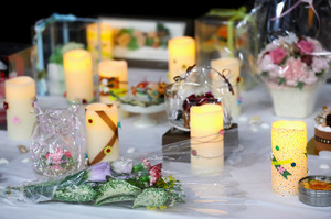 追悼集会では、事件の被害者を悼み、ろうそくや花が飾られた=26日午後、東京・永田町の参院議員会館、林敏行撮影