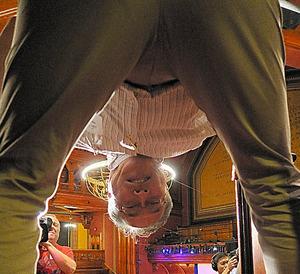 股のぞきをする東山篤規教授=米マサチューセッツ州、小林哲撮影