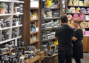 ラッシュ池袋駅前店は「再生エネ100%」の電気で商品を照らす=東京・池袋