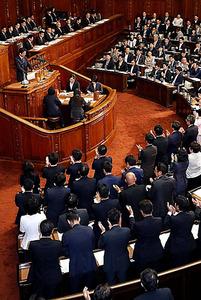自民党議員ら(手前)が起立して拍手した=26日午後、飯塚晋一撮影