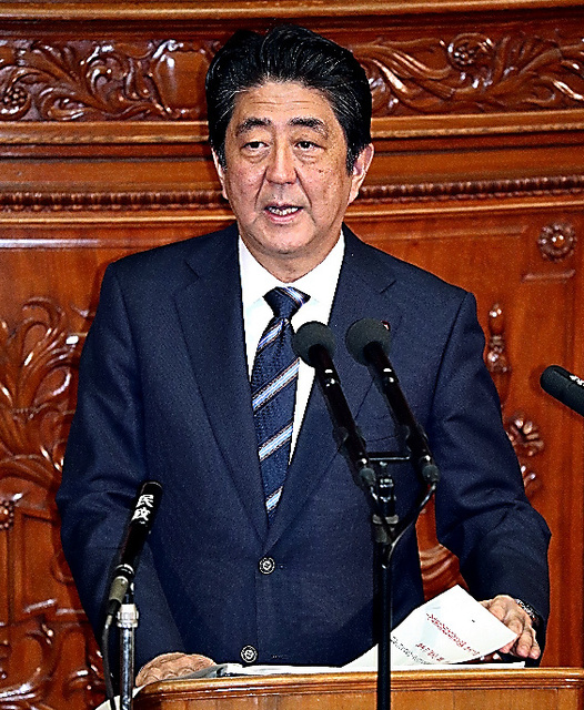 衆院本会議で所信表明演説をする安倍晋三首相=26日午後2時14分、岩下毅撮影