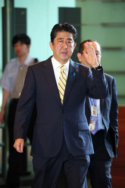 首相官邸に入る安倍晋三首相=27日午前8時57分、岩下毅撮影