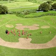 くまモン、おじぎの地上絵「がんばるモン」 公園に出現