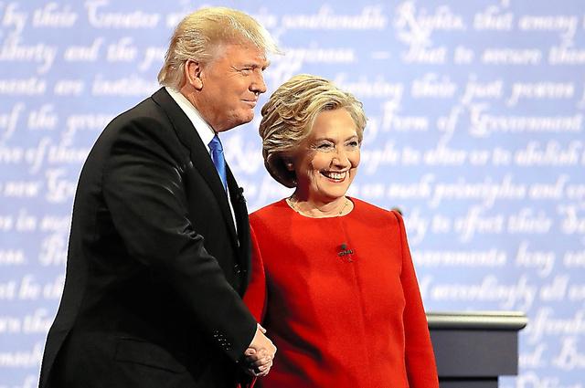 26日、米大統領選のテレビ討論会で握手をする民主党のヒラリー・クリントン氏(右)と共和党のドナルド・トランプ氏=AP